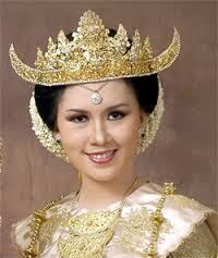 Seorang Perempuan mengenakan Siger Lampung