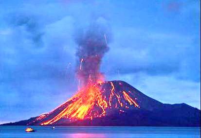 Gunung Krakatau memancarkan lava