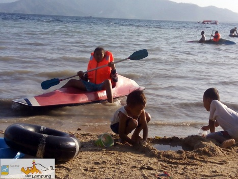 Naik Kayak di Pantai Klara