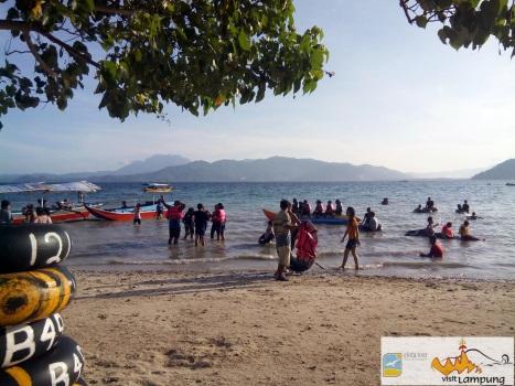 Naik Perahu dan banna Boat di pantai klara