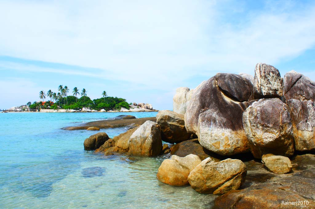 https://eloratour.files.wordpress.com/2014/10/batu-granit-pantai-parai-tenggiri.jpg