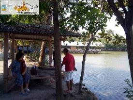 Pondok, Kolam di depan Paviliun, dengan background Resto Seafood