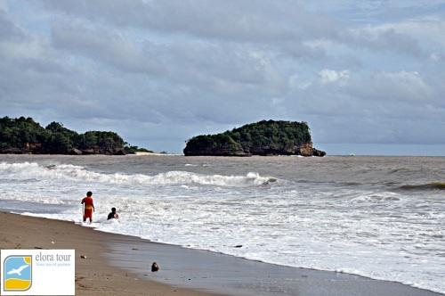 Bajul Mati. Icon pantai di Malang
