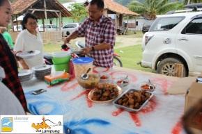 Makan Siang di Teluk Kiluan