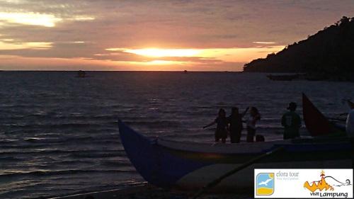 Sunset di Teluk Kiluan. eloratour