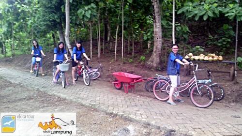 Bersepeda di Pulau Pahawang Besar