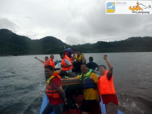 naik perahu berangkat sosio ekowisata