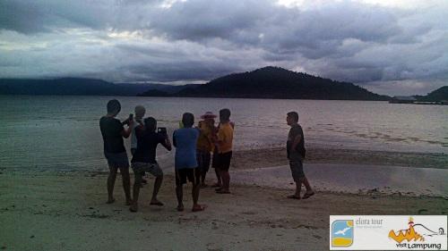 Sesi Foto di Camp Pahawang suasana senja