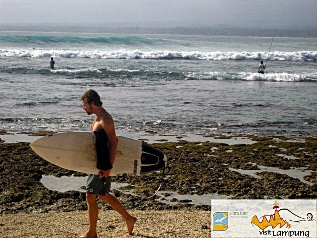 Surfing di Pantai Tanjung Setia