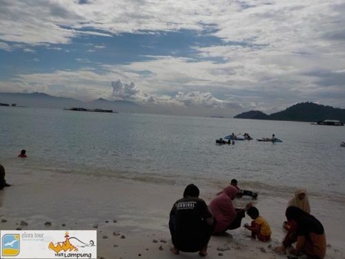 Pantai Sari Ringgung - ortu bermain di pantai
