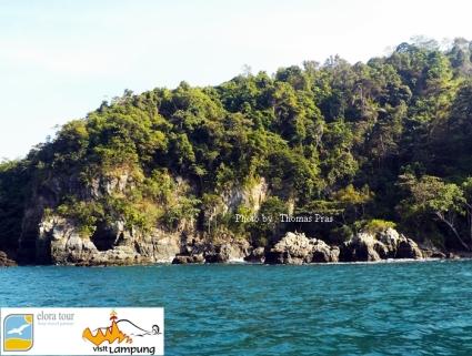 Batu Candi obyek fotografi Teluk Kiluan eloratour