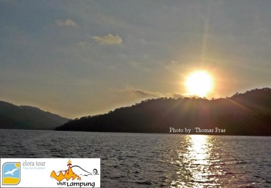 eloratour bermandi cahaya sunrise Pulau Kelapa