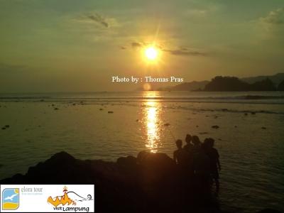 eloratour Wisatawan menikmati Sunset di Pulau Kelapa