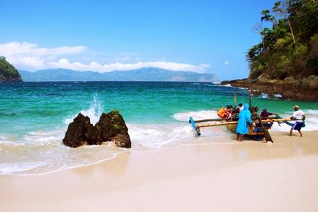 Pantai Teluk Hijau Jawa Timur eloratour