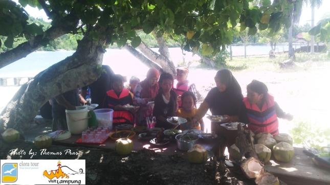 Wisata Keluarga Makan Siang di Pantai Tanjung Putus eloratour