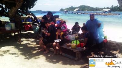 Wisata Keluarga Makan Siang di Tanjung Putus eloratour
