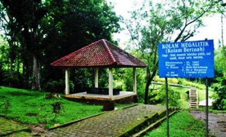 kolam-megalitik-taman-purbakala-pugung-raharjo