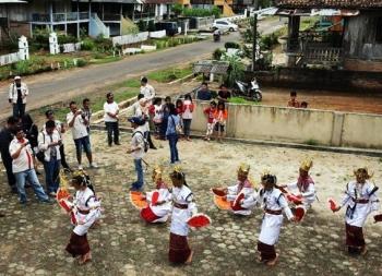 tari-melinting-menyambut-tamu-desa-wana-lampung-timur