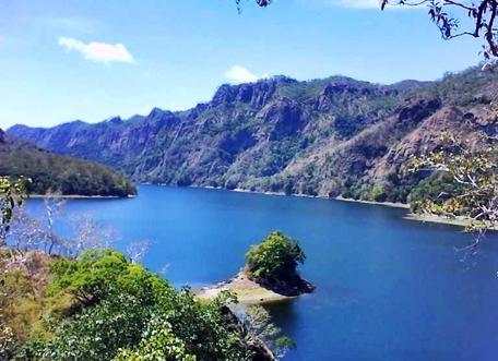 danau tihu tempat wisata menawan di maluku barat daya