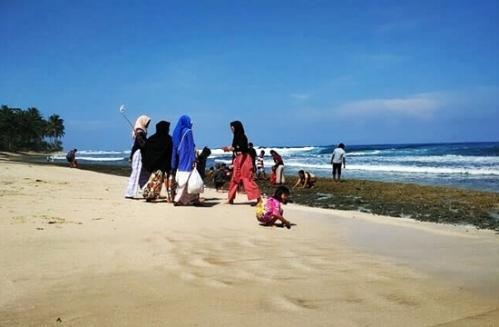 pantai melasti di kabupaten pesisir barat